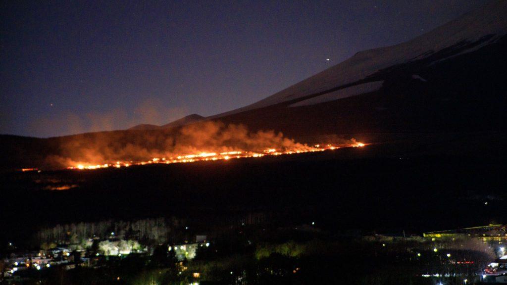 【qアノン】富士山麓で砲撃大火災はT軍の日夲大量逮捕開始の合図?